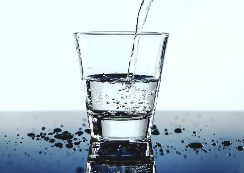 ¿Cuántos vasos de agua según el peso?