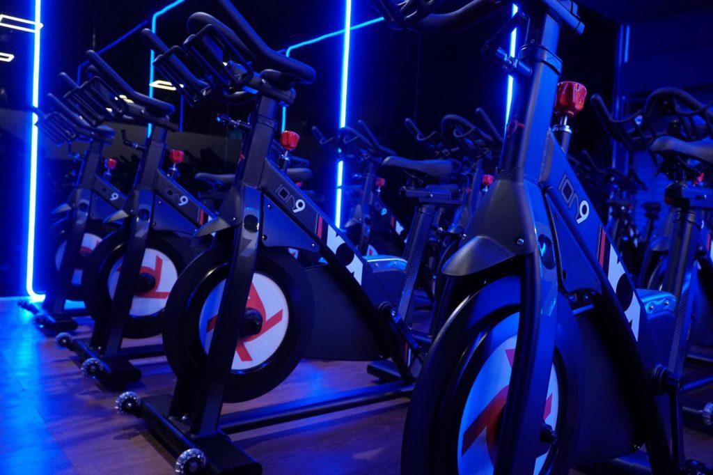 sala de ciclismo indoor equipada con la biciccleta magnética ION9