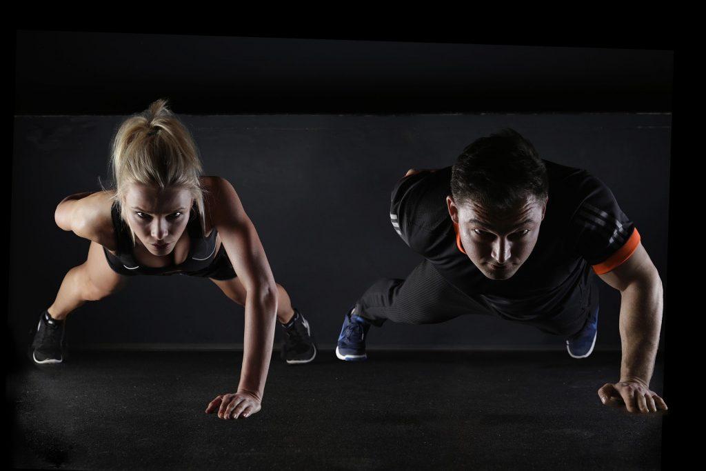 Cómo entrenar el core y fortalecer la espalda: flexiones a una mano