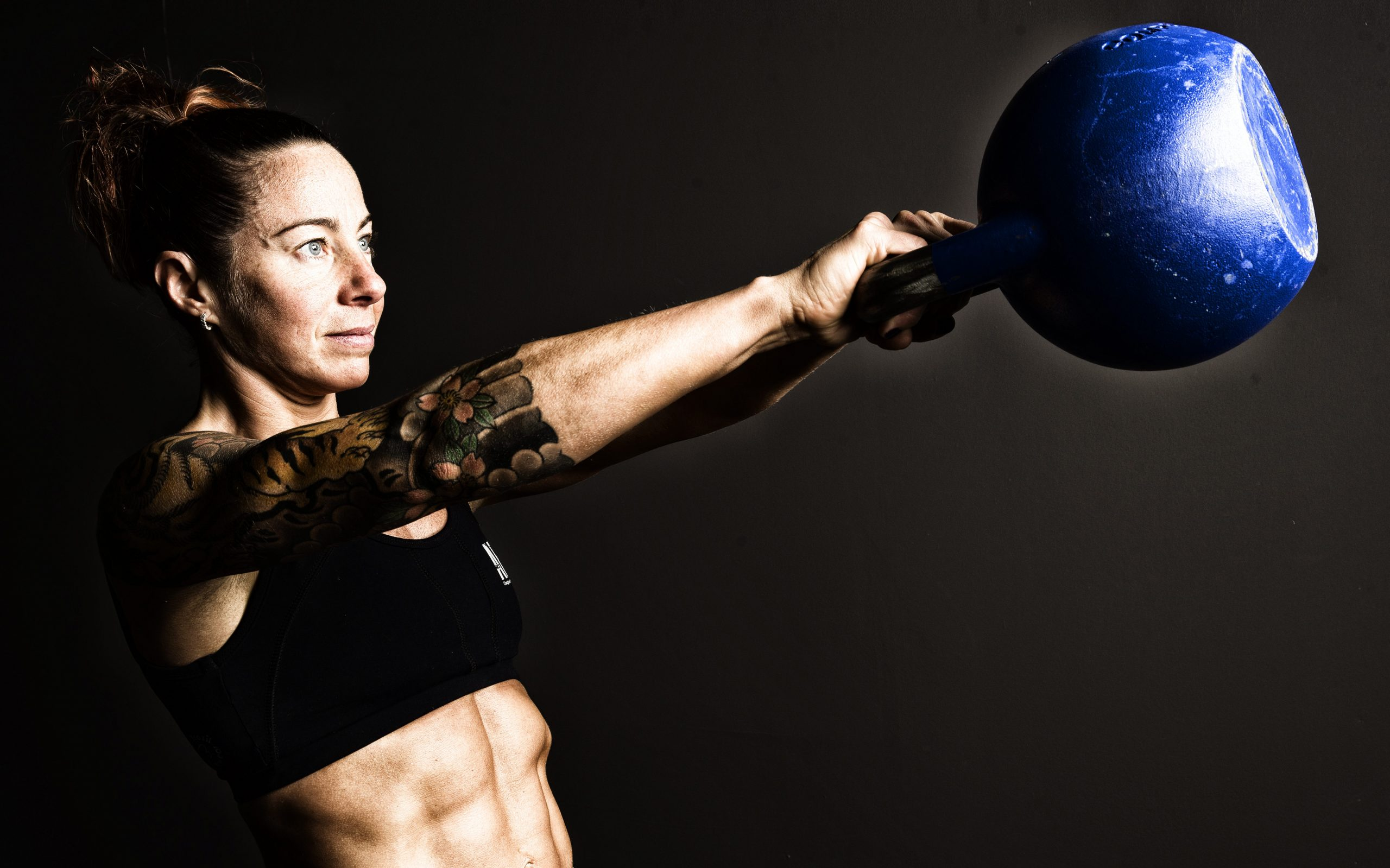 mujer entrenando con Kettlebells allfreeweight